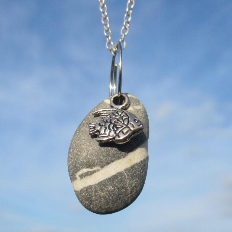 Kettenanhänger mit Stein und Metallfisch