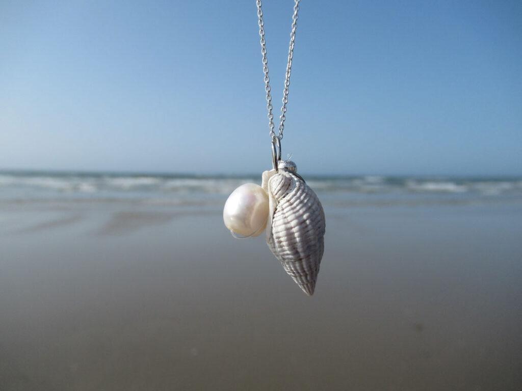 Maritime Muschelkette aus Upcycling Materialien wie Muscheln und Perlen online kaufen