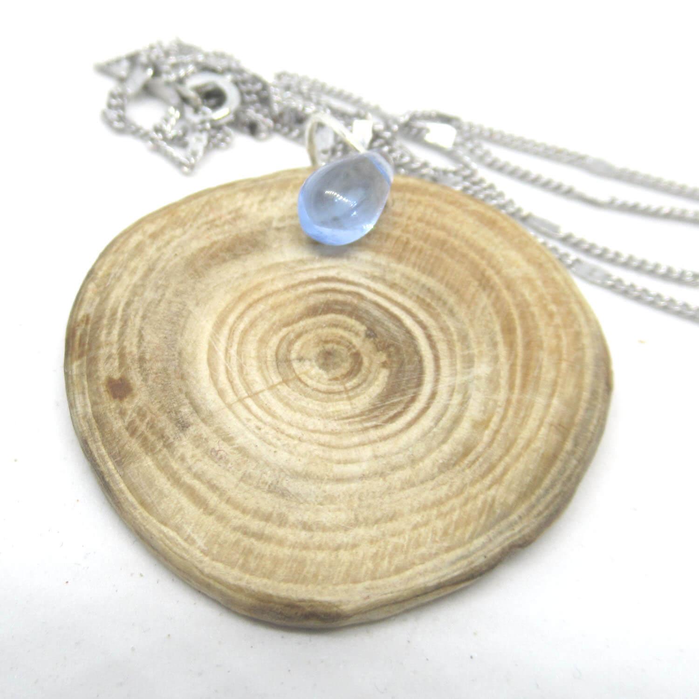 Treibholzscheibe mit Glasperle als Kettenanhänger