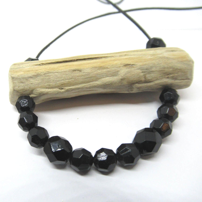 Treibholzanhänger mit schönen schwarzen Perlen am Lederband