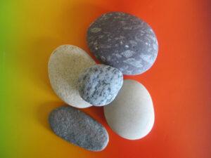 Buntes Papier und Steine