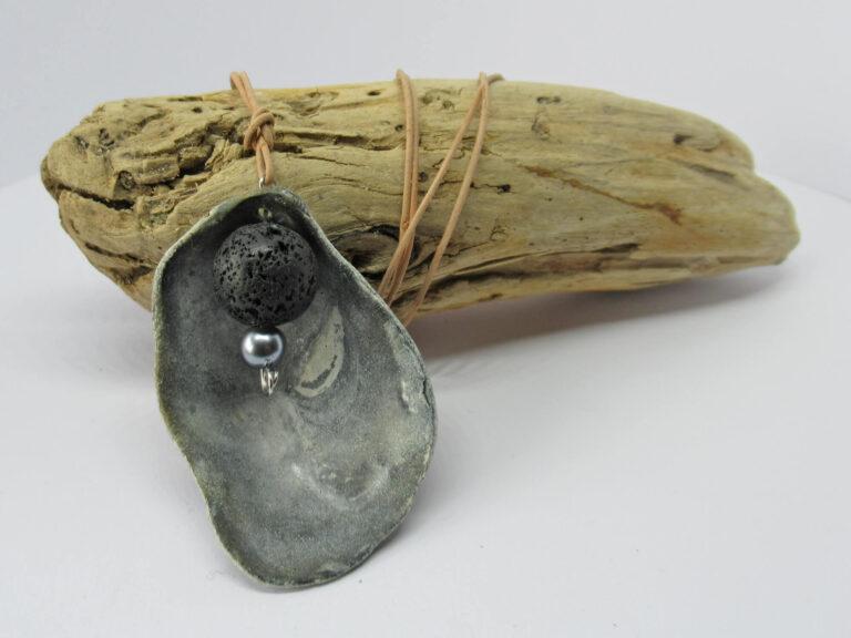 Graue Austermuschelschale mit matter Lavaperle in schwarz