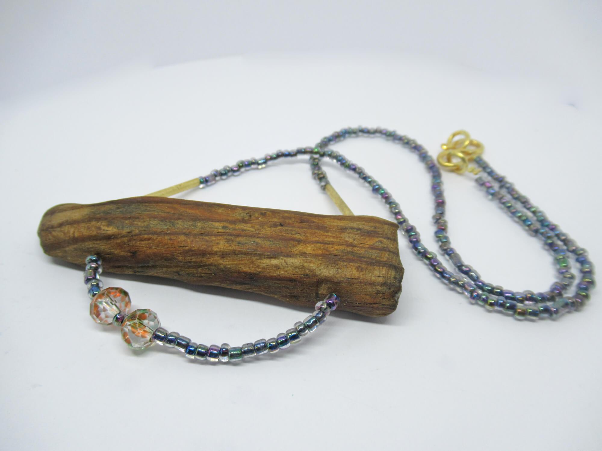 Collier mit schönen Perlen und Treibholz