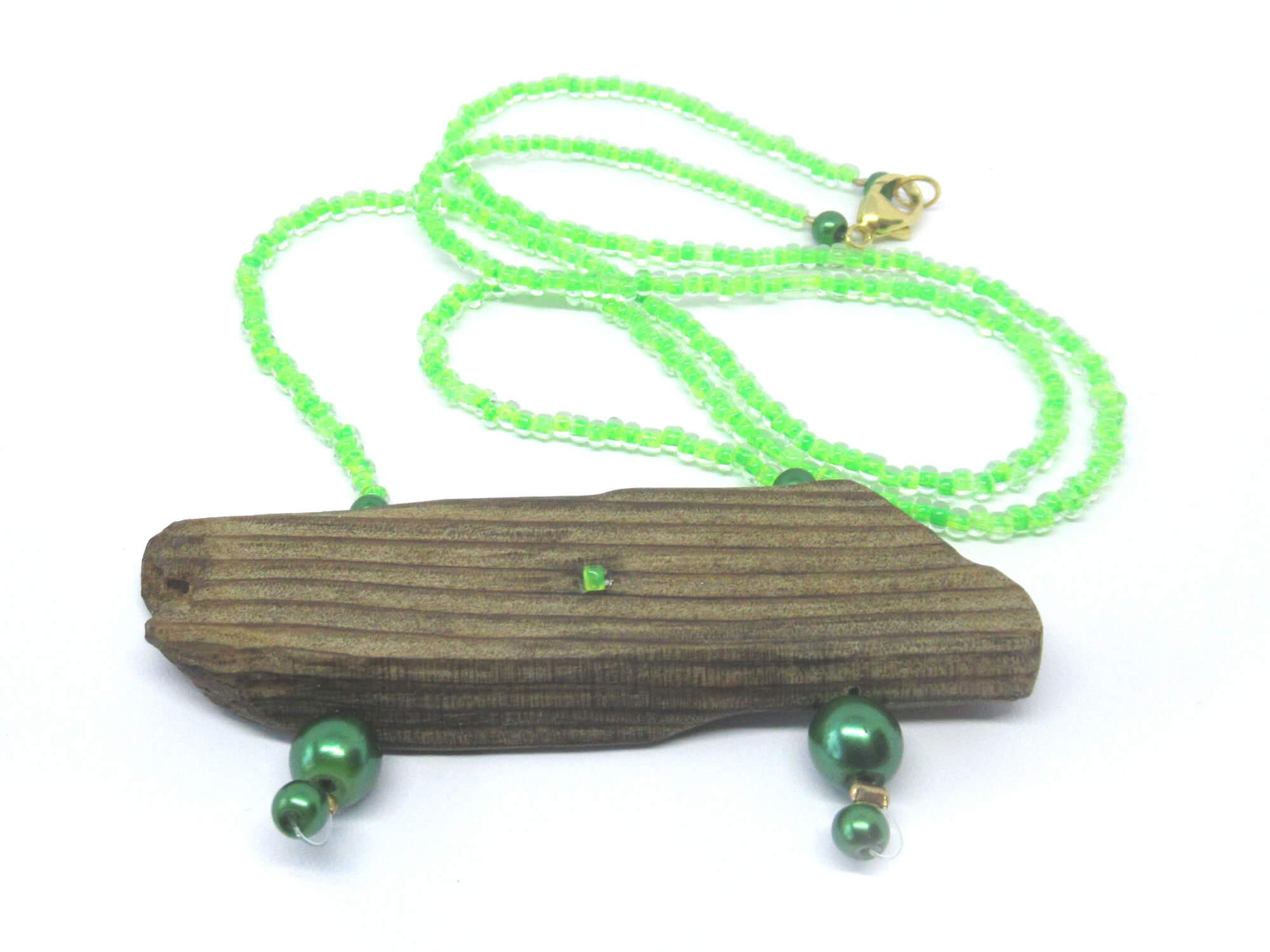 Tolle Farbkombination vom brauenen Treibholz und grünen Miniperlen.