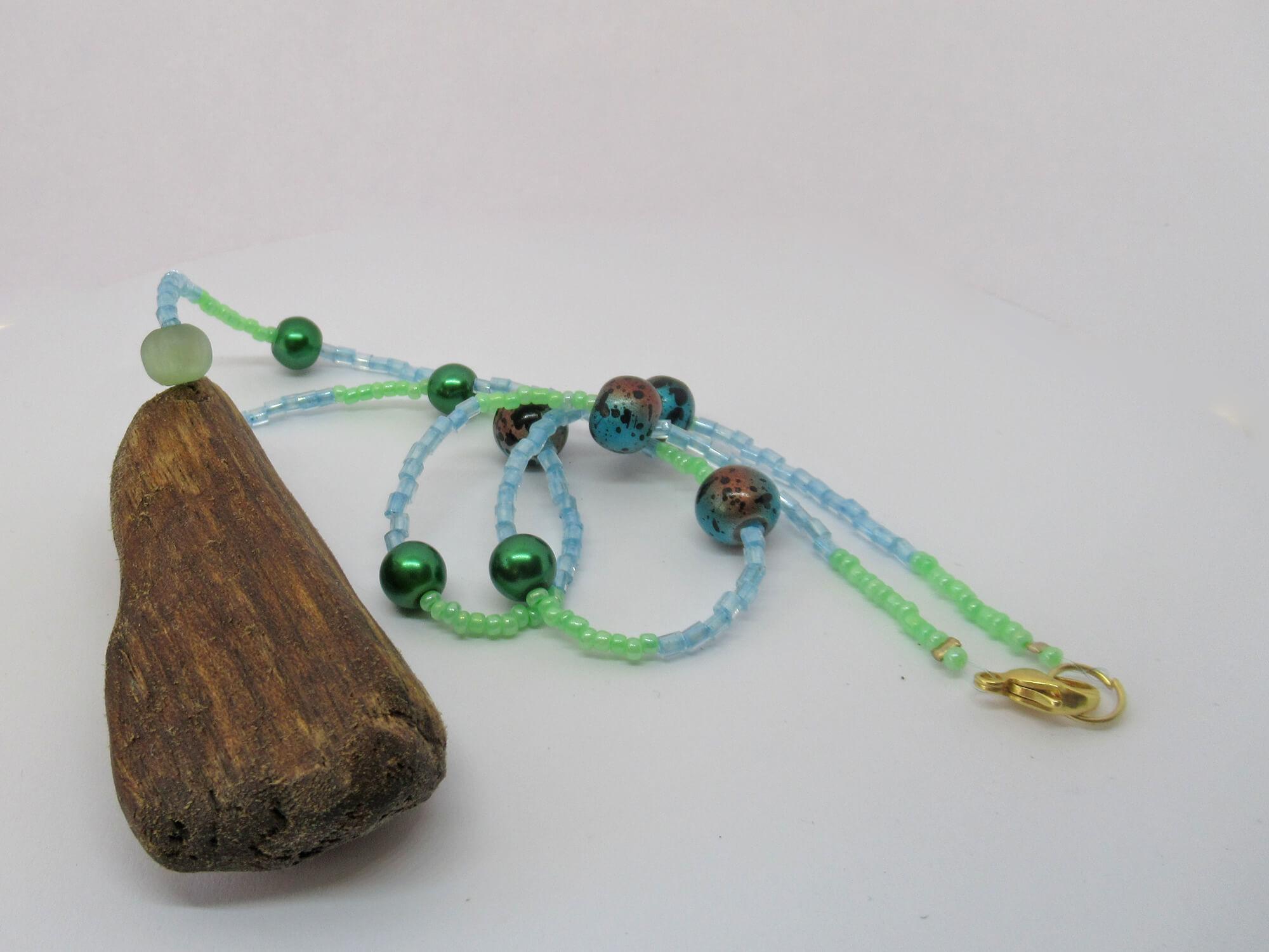 Treibholzkette mit hübschen Perlen.