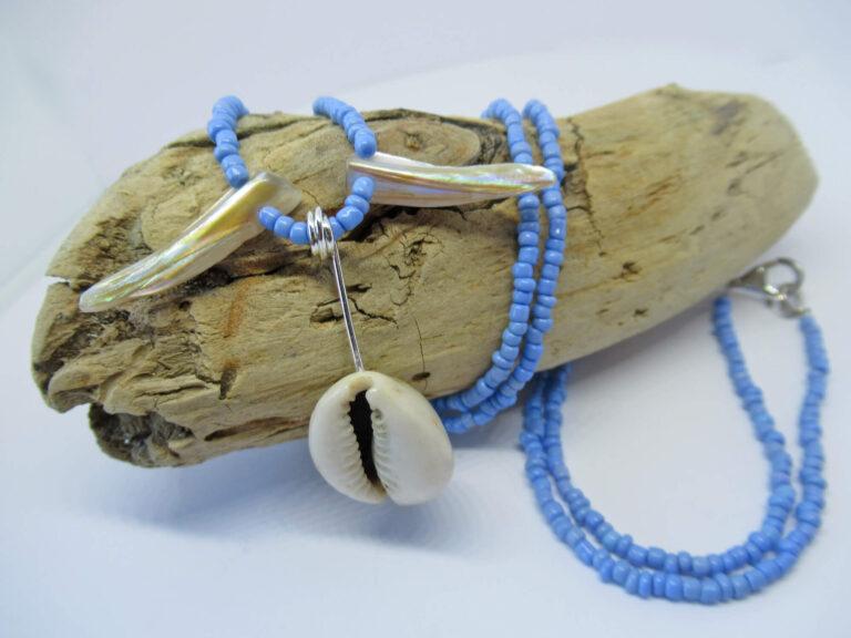 Kaurimuschel kombiniert mit blauen Miniperlen