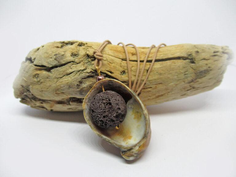 Pantoffelmuschelschale mit brauner Lavaperle
